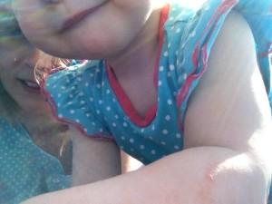 Já a moje dcera, vyfoceny nějakým záhadným omylem při blbnutí v trávě... Foto: Sláma v botách