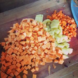 Zleva: batáty, brambory, mrkev. Na tohle kráení by se hodil food procesor. Jinak to chce pořádně naostřený velký nůž. Foto: Sláma v botách