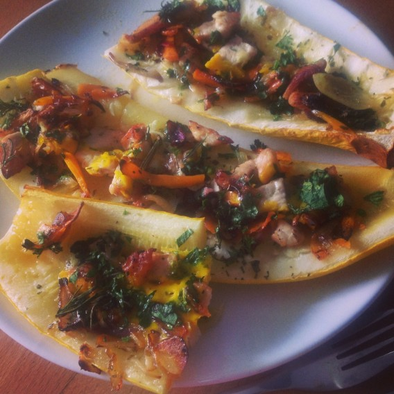 Zeleninová pizza bez těsta: zapečené cukety plněné masem nebo tempehem (pro vegetariány). Bezlepkový recept. Foto: Sláma v botách