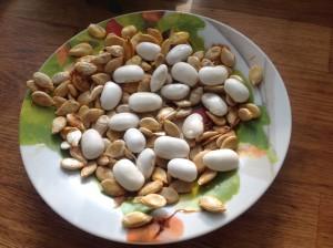 Pár sklizených fazolí na talířku s dýňovými semínky. Ta si suším na jídlo i jako osivo na za rok. Foto: Sláma v botách