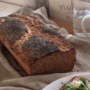 Chléb kynutý a upečený ve formě na moskevský chléb, vyložené pečicím papírem. Nahoře sypaný kmínem a mákem. Foto: Sláma v botách
