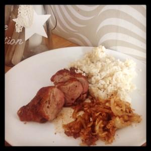 Teplý salát z ředkví jsme si poprvé (ještě bez pórku) udělali ke stakům z kachních prsou a rýži s quinolou. Foto: Sláma v botách
