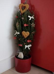 Foto vánočního originálu se nezachovalo, tak si prostě odmyslete ta srdce a mašle, doplňte nahoru obří bronzovou hvězdu a to je celá ta slavná proměna. Foto: Sláma v botách