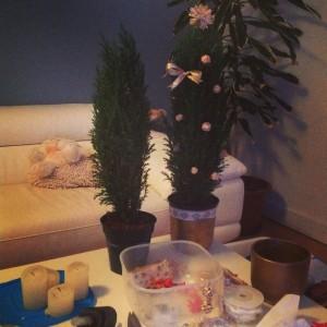 Obývák přeměněný na tvořivou předadventní dílnu. V únoru se vánoční tůjka dočkala upgradu na valentýnskou. Foto: Sláma v botách