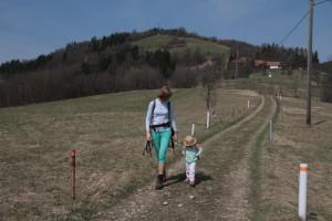 Za zády Ochmelov, na zádech pro jednou nikoliv dceru. Po rovině šlapala bez řečí. Foto: Mikumi / Sláma v botách