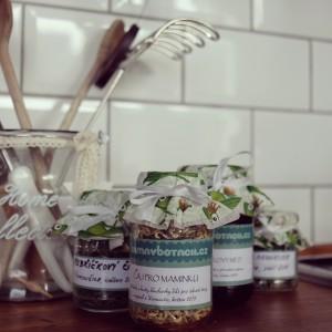 Čaj pro maminku ke Dni matek: květy hluchavky bílé, řebříček, šalvěj ananasová a pampeliškový med s meduňkou a pomerančem, všechno hand-made-with-love! Foto: Sláma v botách