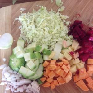 Z tohohle množství zbyde polévka i k obědu. Cibule, cuketa, batáty, řepa, brambory, bílá ředkev. Foto: Sláma v botách