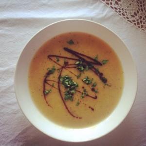 Na závěr zdobím dýňovým olejem, čerstvými bylinkami a tamari sójovou omáčkou. Foto: Sláma v botách