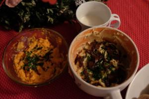 Vlevo mrkvová, vpravo humu s dýňovou pastou nahoře domácí tatarká omáčka. Foto: Sláma v botách