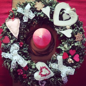 Valentýnský věnec na stůl. Jako základ byl použit vysloužilý adventní věnec z buxusu. Foto: Sláma v botách