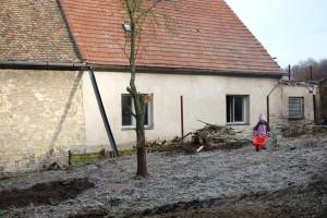 Konečně se podařilo pozemek proklestit a stavení se vylouplo. Jenže, jenže... Foto: Sláma v botách