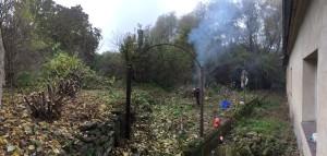Černý dým se z našeho pozemku valí den za dnem. Prý nutné oběti. Foto: Sláma v botách
