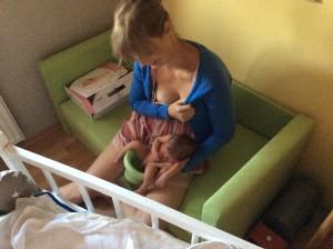 Po příjezdu z porodnice byl malý král posazen na trůn - a vyčůral se! Od té chvíle to měl s nočníčkem spočítané! Foto: Sláma v botách