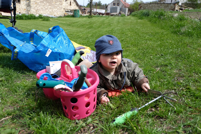 koumání motyky. Uznávám, existují i bezpečnější hračky, ale k žádnému úrazu naštěstí nedošlo. Někdy to chce těm dětem víc věřit. Foto: Sláma v botách